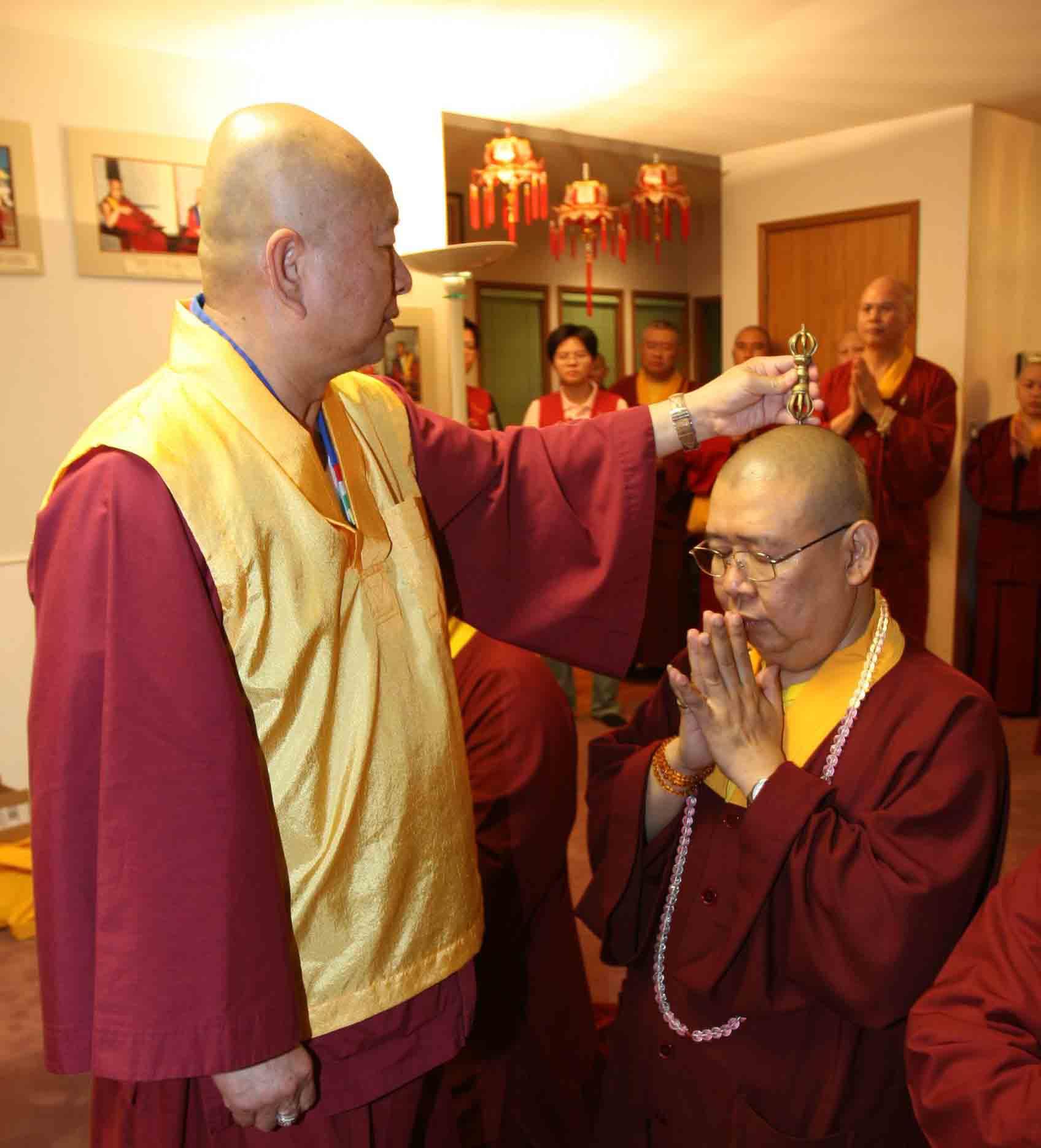 Grand Master Lu memberikan abhiseka vajra acarya kepada Master Lian Yuan