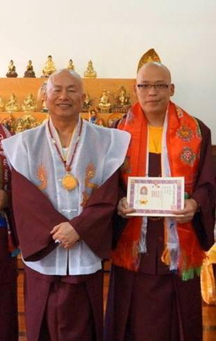 Grand Master Lu memberikan abhiseka vajra acarya kepada Master Lian Pu