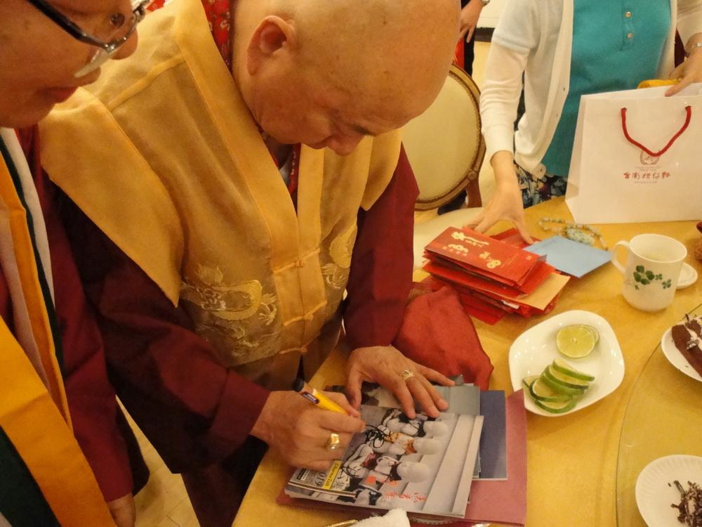 Mahaguru memberikan restu kepada Majalah Dharma Talk
